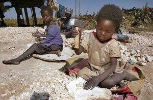 """Das Archivbild vom 08.05.2002 zeigt die fünfjährige Anna (vorn) und ihre beiden älteren Schwestern, die in einem Schotterbetrieb nahe Lusaka, der Hauptstadt von Sambia, Steine zerkleinern. Anna arbeitet seit ihrem ersten Lebensjahr und hat noch nie eine Schule besucht. Nach Berechnungen des UN-Kinderhilfswerks (Unicef) gehen knapp 41 Prozent aller Kinder zwischen fünf und 14 Jahren im Afrika südlich der Sahara regelmäßig einer Arbeit nach. Die UN-Arbeitsorganisation (ILO) schätzt, dass ihre Zahl bis zum Jahr 2015 auf hundert Millionen steigt. Das sind mehr als die Arbeitskräfte Deutschlands, Großbritanniens und Frankreichs zusammen. dpa (zu dpa-Korr. """"Handelsware Kindersklaven macht Drogen in Westafrika Konkurrenz"""" am 16.07.2002)"""