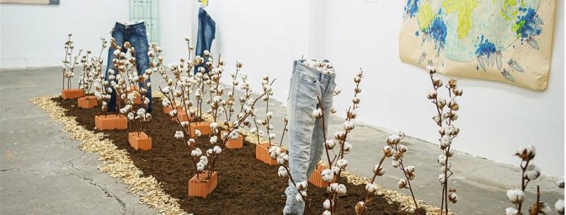 Installation zur Jeans